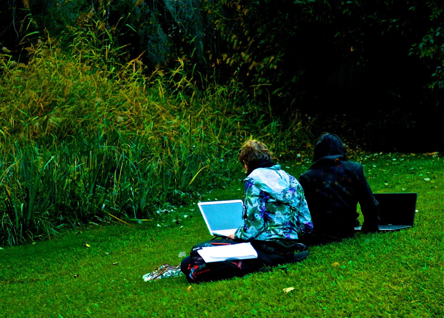 Un déjeuner sur l'herbe 2.0 dans les jardins de Lisbonne (Pedro Ribeiro Simoes/Flickr/CC) vu sur Rue89